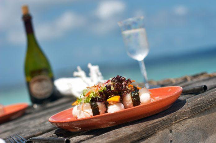 deliciosa cena a la orilla de la playa