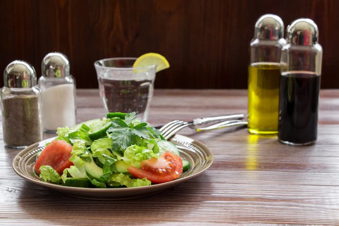 [Receta] Ensalada fresca de tomate y aguacate, estilo paleo